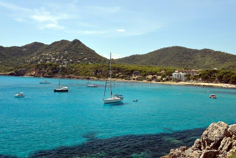 Bateaux ancrant chez Canyamel, Majorque photos stock