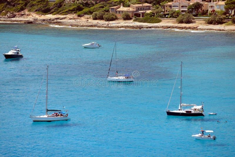Bateaux ancrant chez Canyamel, Majorque image stock