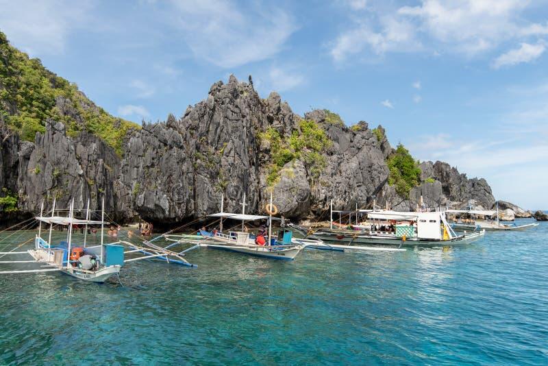 Bateaux attendant des voyageurs à la plage cachée par nido d'EL, Palawan, Philippines, nov. 18,2018 image stock