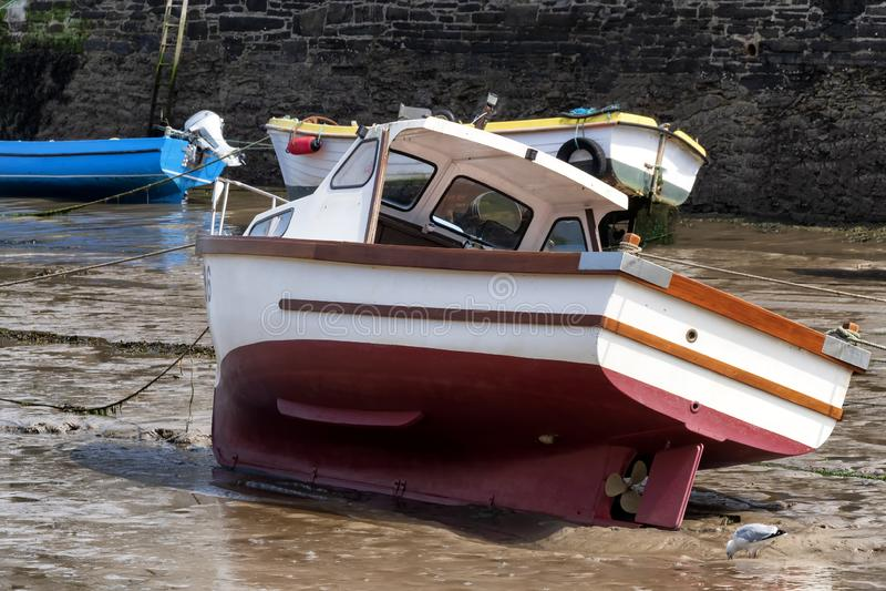 Bateaux attendant la marée dans une baie irlandaise photos libres de droits