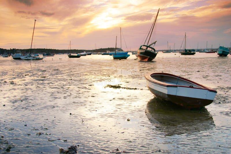 Bateaux au coucher du soleil photo stock