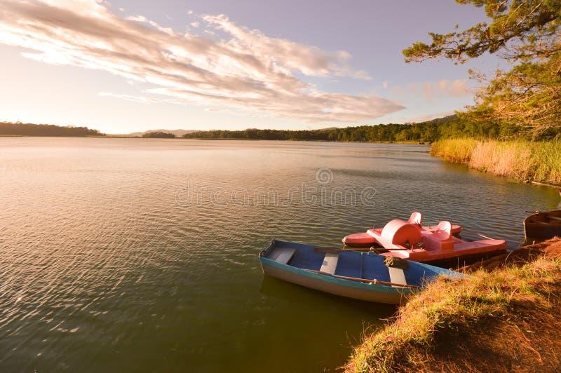 Bateaux au coucher du soleil en parc national Chiap de Lagunas de Montebello photographie stock