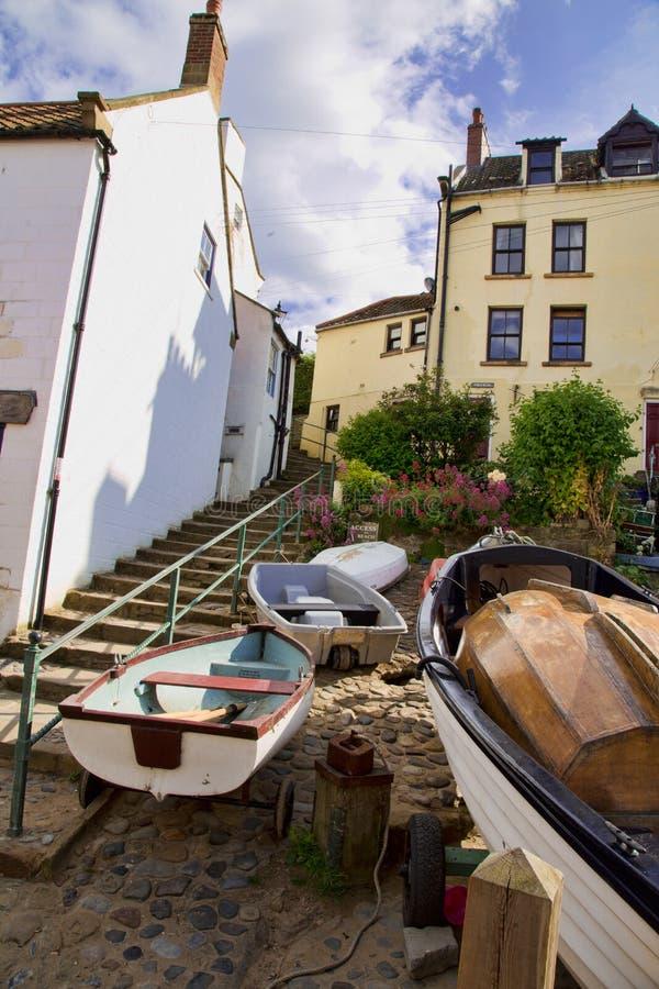 Bateaux au fond des étapes dans la baie Angleterre de Robin Hoos image libre de droits
