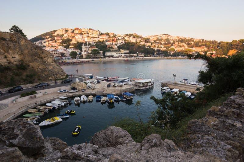 Bateaux au petit port dans la station de vacances adriatique dans la vieille ville d'Ulcinj pendant le coucher du soleil photos stock