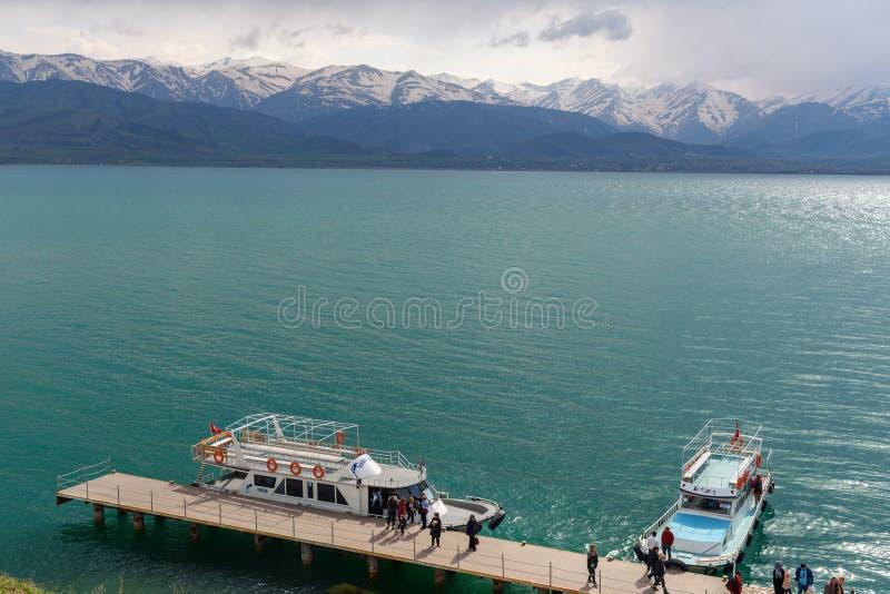 Bateaux au pilier de l'île d'Akdamar en Van Lake La Turquie images stock