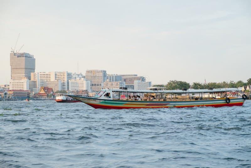 Bateaux avec des passagers sur Chao Phraya River Bangkok, Tha?lande photographie stock