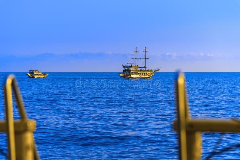 Bateaux avec des touristes naviguant sur la mer photographie stock libre de droits