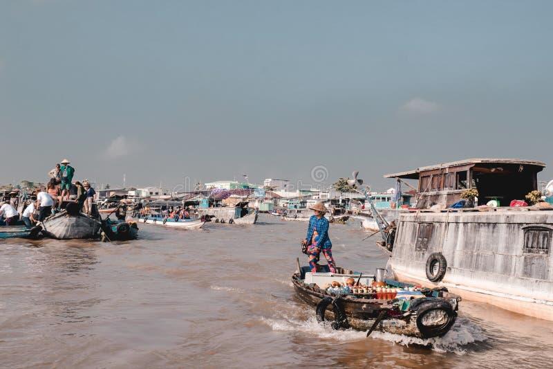 Bateaux avec des vendeurs sur les marchés de flottement de Can Tho sur la rivière le Mékong images libres de droits