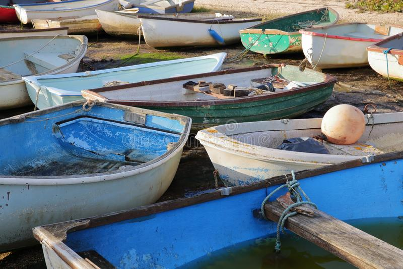 Bateaux colorés à marée basse, situé le long de l'estuaire de la Tamise, Leigh sur la mer photo stock