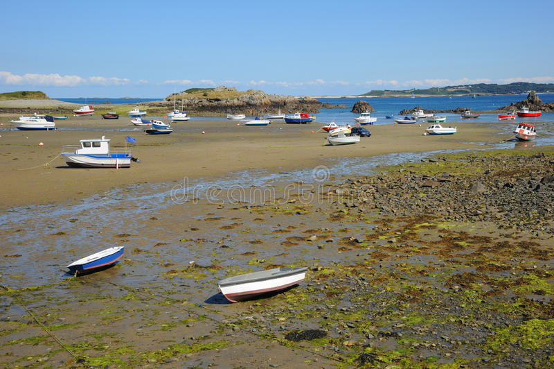 Bateaux colorés dans la baie Guernesey, Îles Anglo-Normandes photos libres de droits