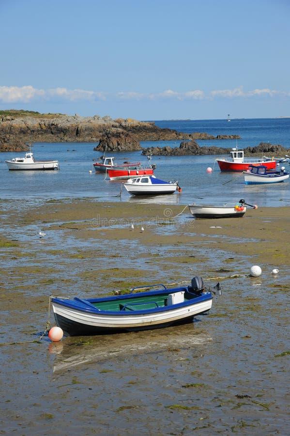 Bateaux colorés dans la baie Guernesey, Îles Anglo-Normandes images libres de droits