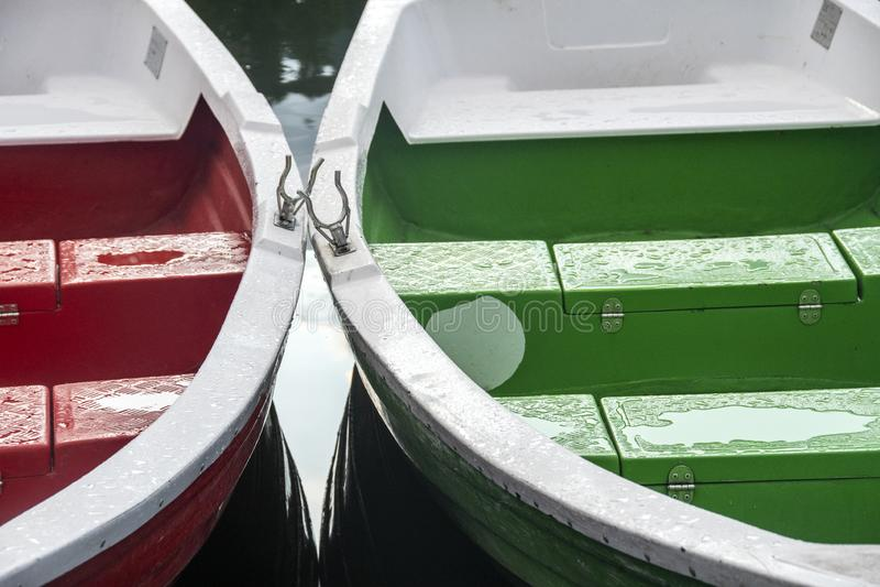 Bateaux colorés dans le lac rouge en Roumanie photo libre de droits