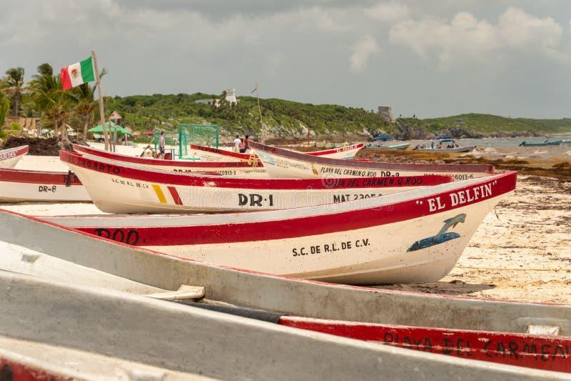 Bateaux colorés de pêcheurs sur Playa Tulum photographie stock libre de droits