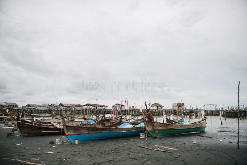 Bateaux colorés, fishingboats indonésiens image libre de droits