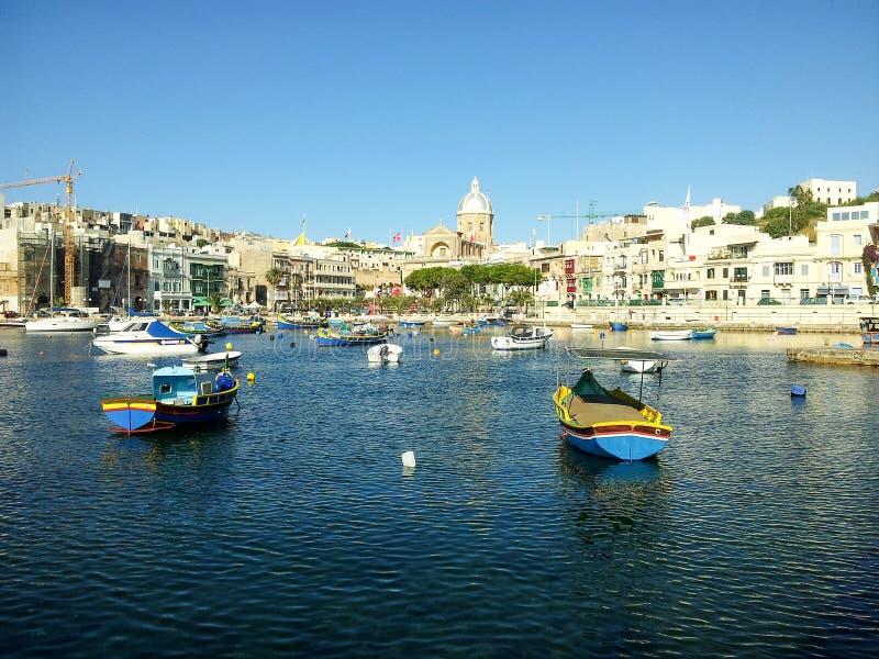 Bateaux colorés Luzzu dans le port du village de pêche méditerranéen Marsaxlokk photographie stock