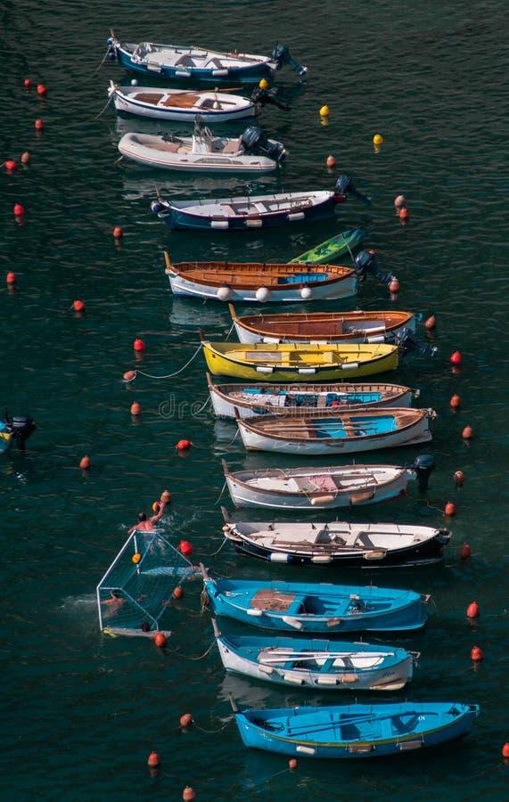 Bateaux colorés sur l'eau image libre de droits