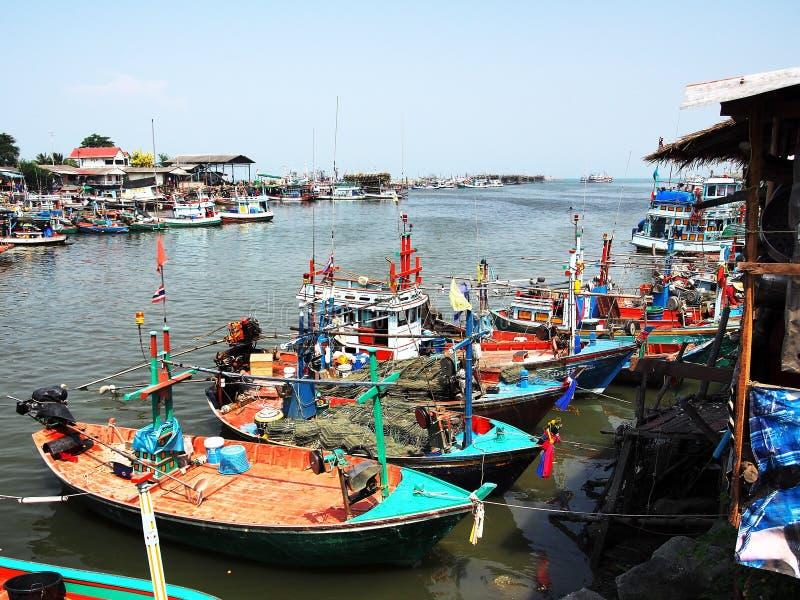 Bateaux colorés sur un dock photos stock