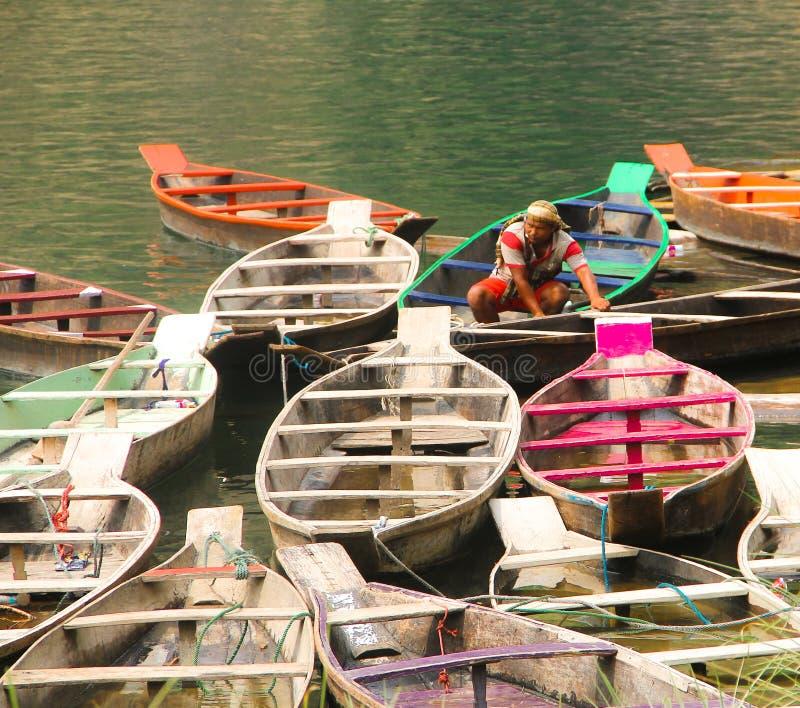 Bateaux color?s en mer photographie stock libre de droits