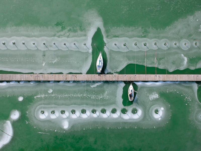 Bateaux congelés dans l'eau sur le Lac Balaton, Hongrie photos libres de droits