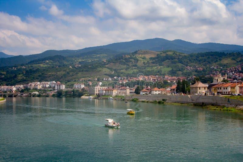Download Bateaux Croisant Autour De La Ville Sur Le Bâti Tara, Serbie Photo stock éditorial - Image du course, bateau: 76088128