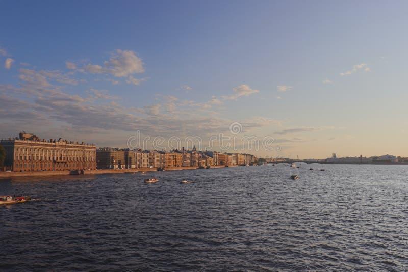 Bateaux croisant par la rivière de Neva photos stock