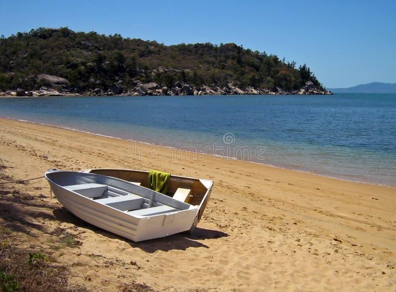 Bateaux d'aviron magnétiques de plage de Sourthen d'île image libre de droits