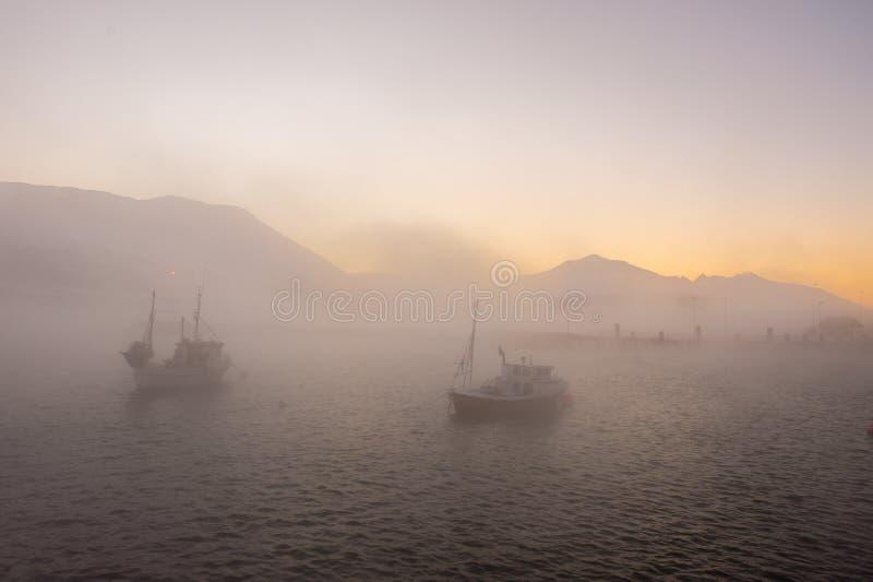 Bateaux d'Ishing dans le brouillard glacial photos libres de droits