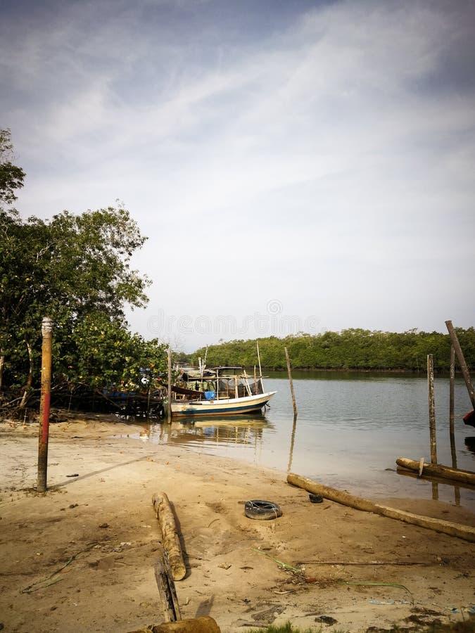 Bateaux d'une pêche traditionnels garés sur la rivière de jetée pendant le matin image stock