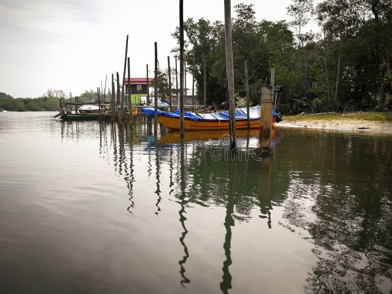 Bateaux d'une pêche traditionnels garés sur la rivière de jetée pendant le matin photo stock