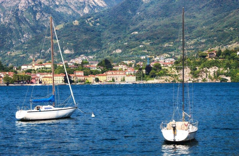 Bateaux dans l'eau du lac à Lecco photos libres de droits