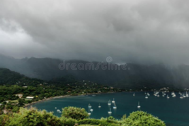 Bateaux dans la crique, Nuku Hiva, îles de Marquesas, Polynésie française photographie stock