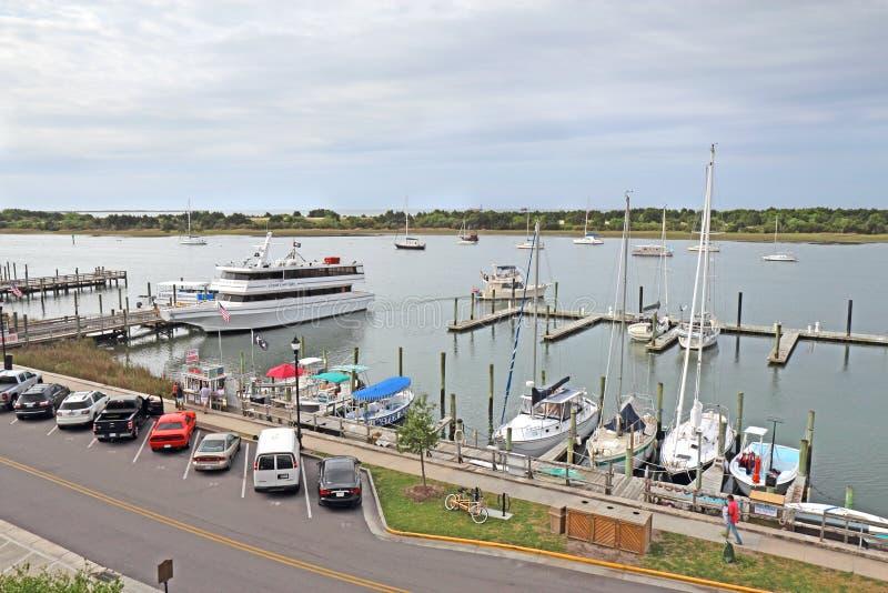 Bateaux dans la marina sur Front Street dans Beaufort du centre, nord photos stock