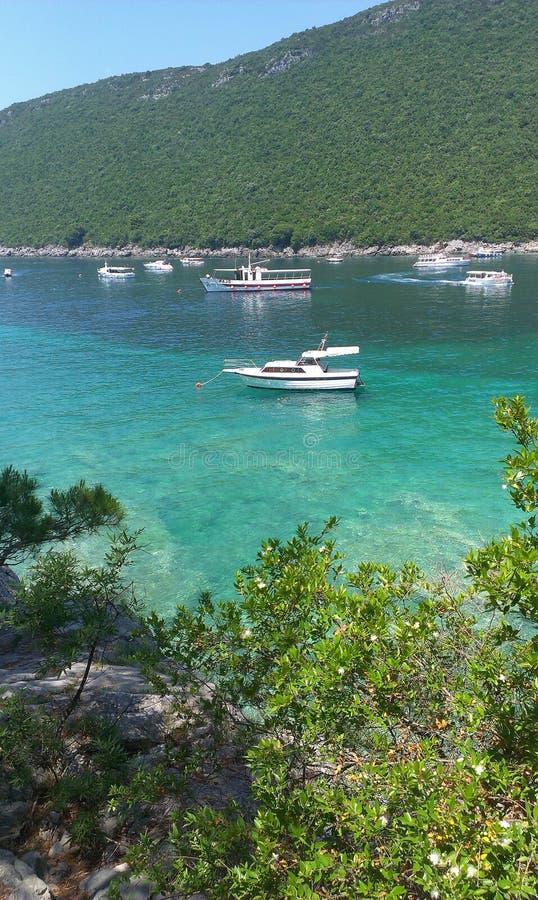 bateaux dans la petite baie photographie stock