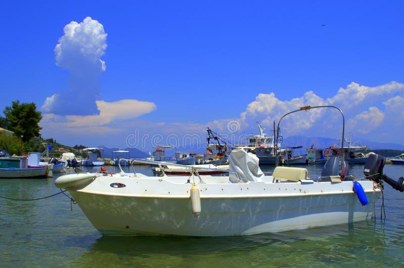 Bateaux dans le beau paysage bleu, Grèce photo stock
