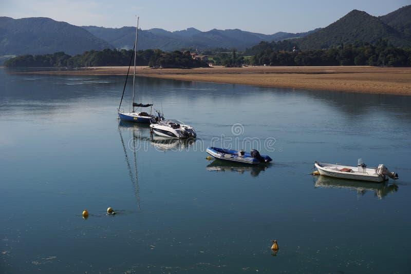 Bateaux dans le bisphere de reservat de l'urdaibai dans le pays Basque image libre de droits