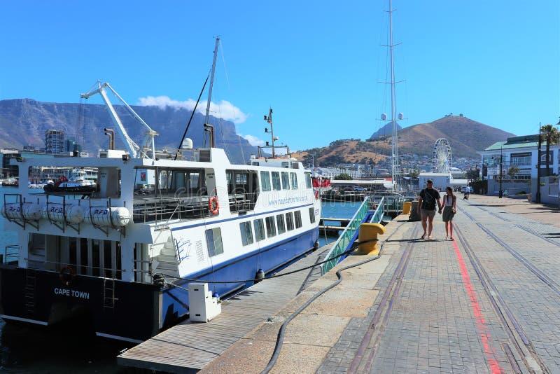 Bateaux dans le bord de mer de V&A ? Cape Town images libres de droits