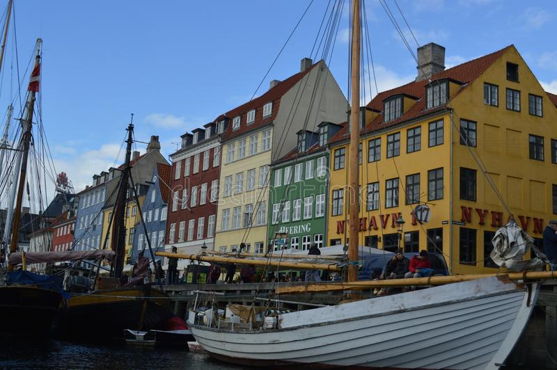 Bateaux dans le canal à Copenhague photo stock