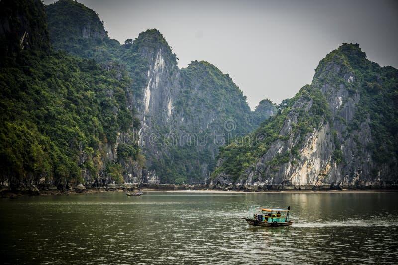 Bateaux dans le compartiment de Halong photo libre de droits