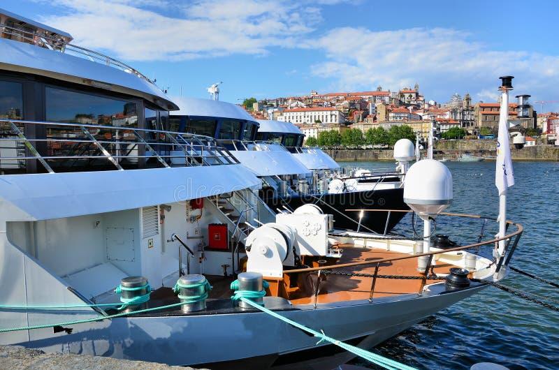 Bateaux dans le fleuve Douro image libre de droits