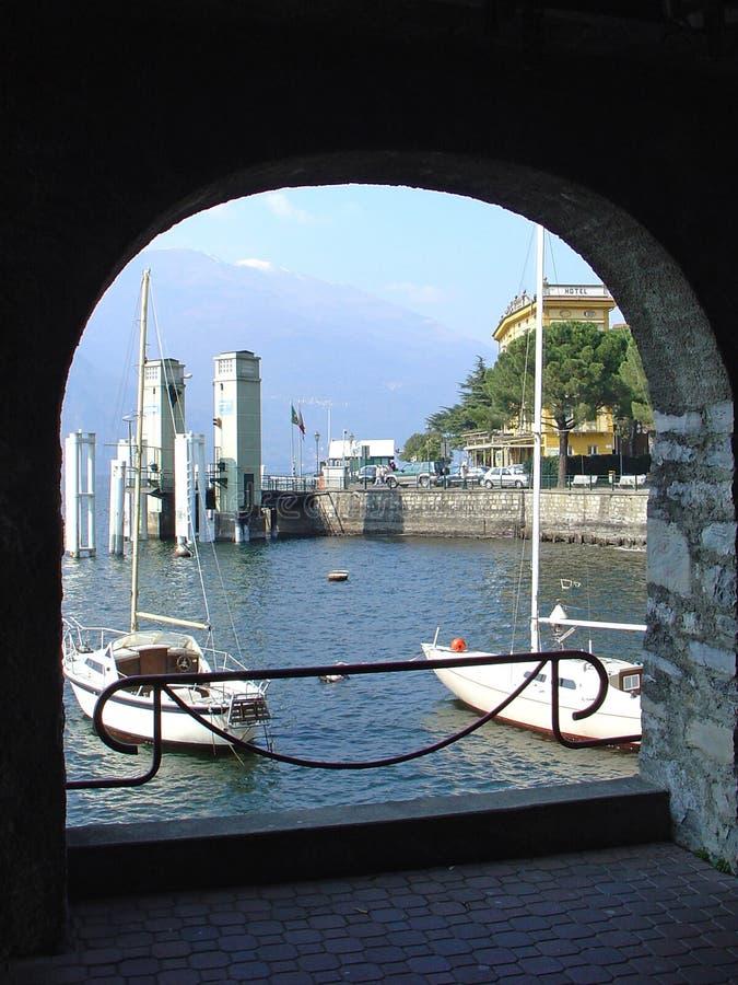Bateaux dans le lac Como photo libre de droits