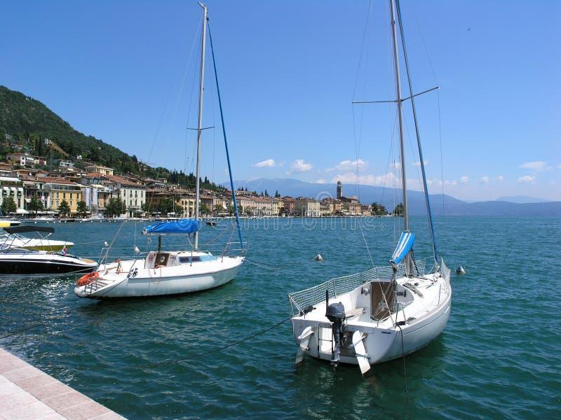 Bateaux dans le lac Garda photos libres de droits