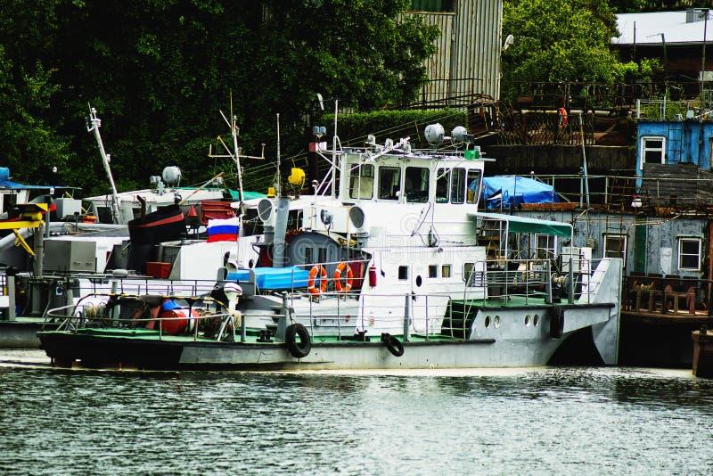 Bateaux dans le port étendu à la couchette photo stock