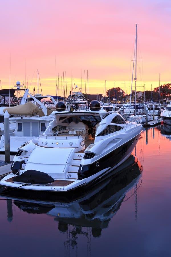 Bateaux dans le port au coucher du soleil image libre de droits
