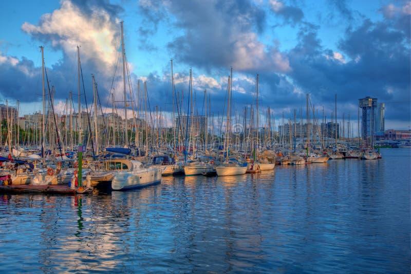 Bateaux dans le port de Barcelone images libres de droits