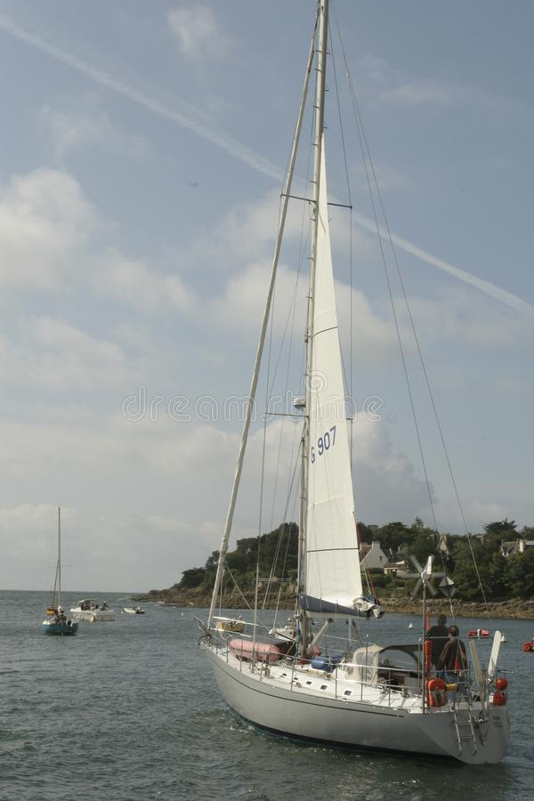 Bateaux dans le port de Benodet en Brittany France photos stock