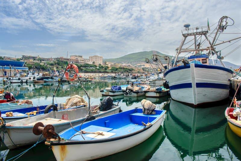 bateaux dans le port de la mer Méditerranée photo libre de droits