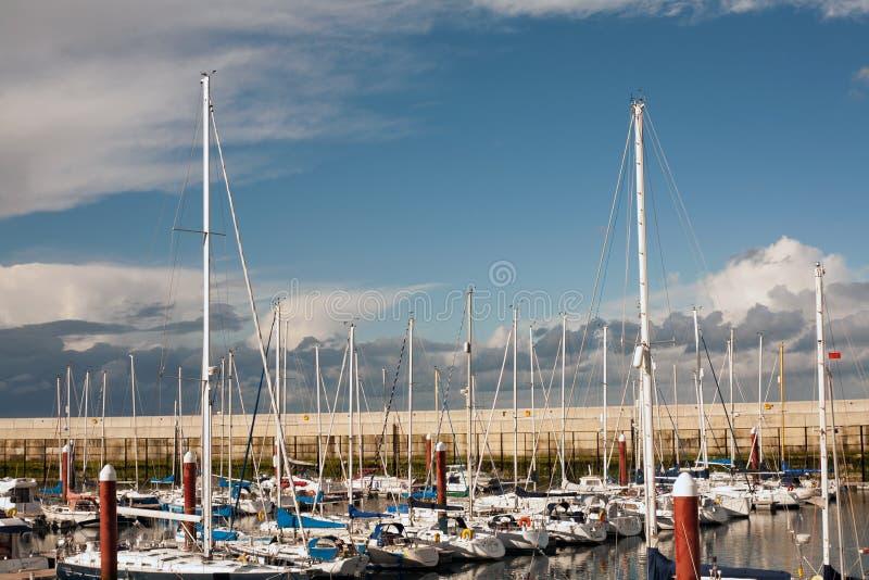 Bateaux dans le port de marina de Greystones image stock