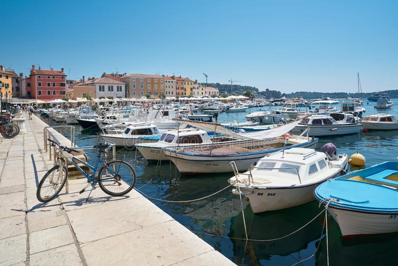 Bateaux dans le port de Rovinj photographie stock libre de droits