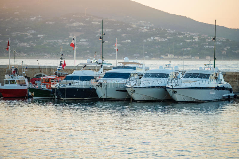 Bateaux dans le port de Saint-Tropez photos libres de droits