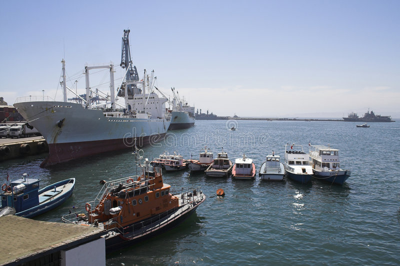 Bateaux dans le port de Valparaiso image stock
